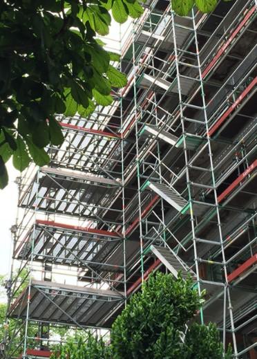 Bild på byggnadsställningar
